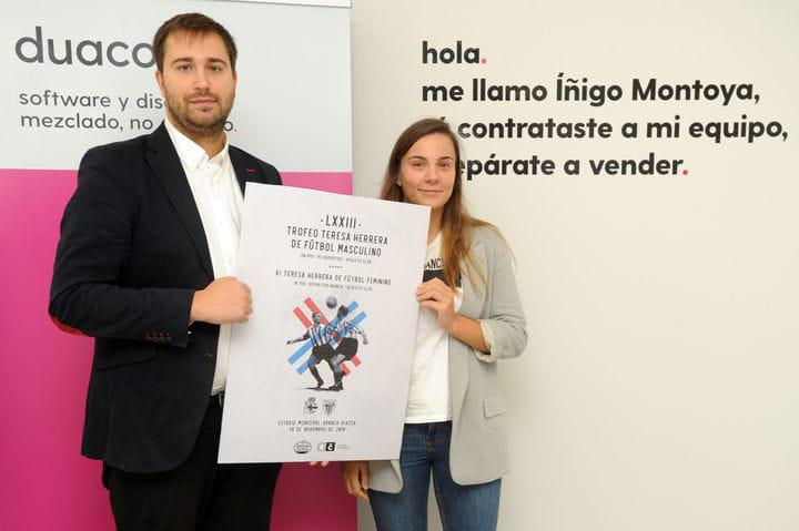 duacode enseñando el cartel ganador teresa herrera