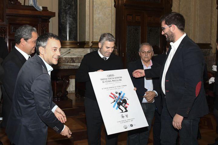 Entrega del cartel a Josu Urrutia, presidente del Athletic